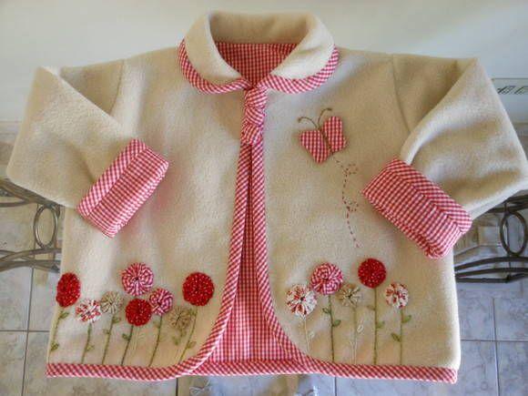 Casaquinho em soft, forrado com tecido 100% algodão, com detalhes de aplicação e bordados à mão. tamanhos de 6 meses a 2 anos. Cores e detalhes da aplicação à escolha do cliente. R$ 95,00