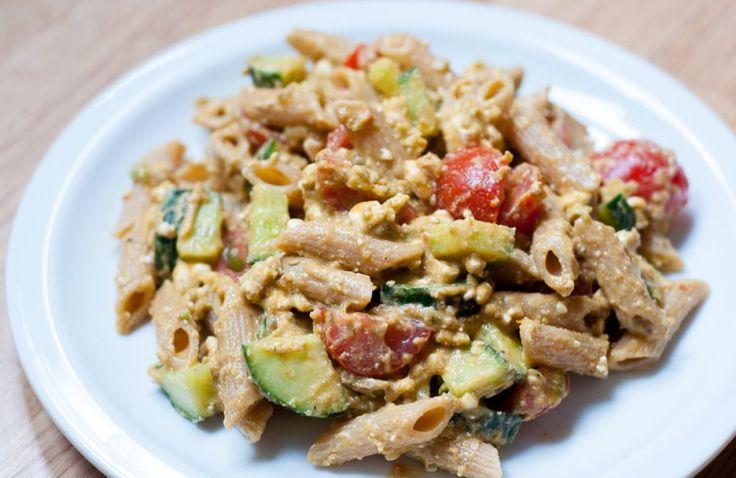 Snelle pasta met hüttenkäse, rode pesto & avocado