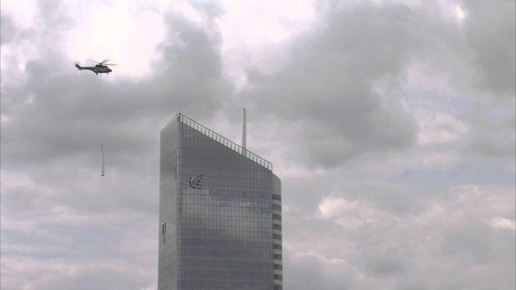 Pose du mât de la tour Incity par hélicoptère/ Installation of the Incit...