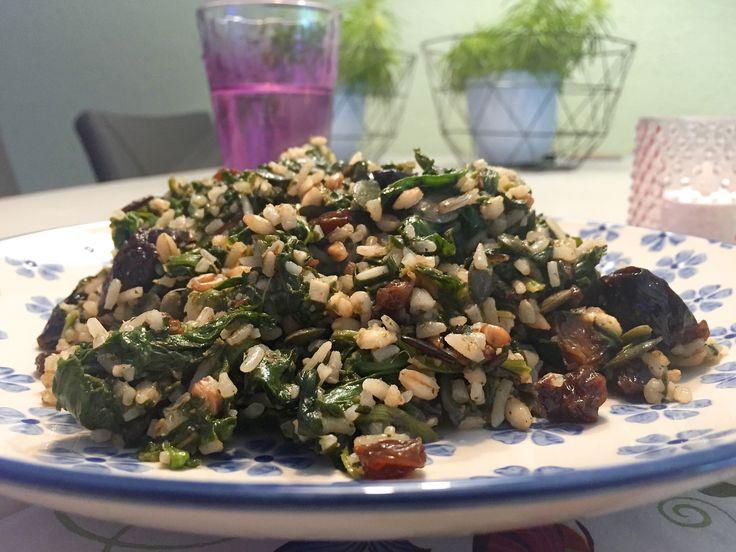 Pilav is verwant aan de Italiaanse risotto, in dit recept maken we gebruik van meergranenrijst die voor extra bite zorgt. Traditioneel is Pilav een bijgerecht, maar met dit recept is het een waardig hoofdgerecht, je kunt er eventueel nog extra groenten en of vlees(vervanger) aan toevoegen.