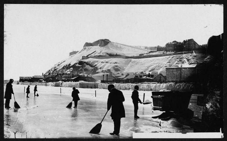Pont de glace, vers 1880.  On est sur le Fleuve St-Laurent, en face de la Ville de Québec