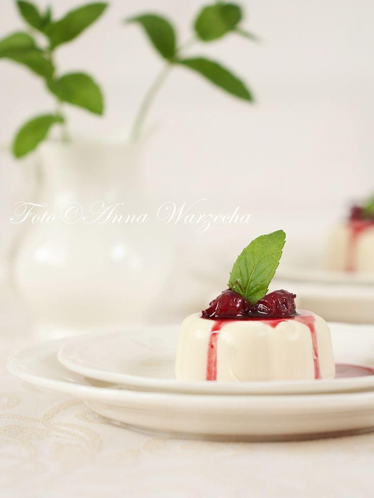 Migdałowa panna cotta słodzona Miodem kurpiowskim z frużeliną z Wiśni nadwiślanki @cafeamaretto