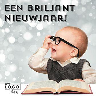 Grappige #nieuwjaarskaart met een afbeelding van een kindje met bril en een boek. Links onder de kaart is ruimte voor een bedrijfslogo: http://www.goededoelkerstkaarten.nl/nl/producten/kaart/133344
