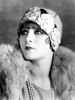 """chasingclairedelune:        Greta Nissen, c1927  Kittyinva: I love the gardenias on the cloche. But I can't help myself - every time I look at this I see Tony Curtis in """"Some Like It Hot""""! Sorry Greta!"""