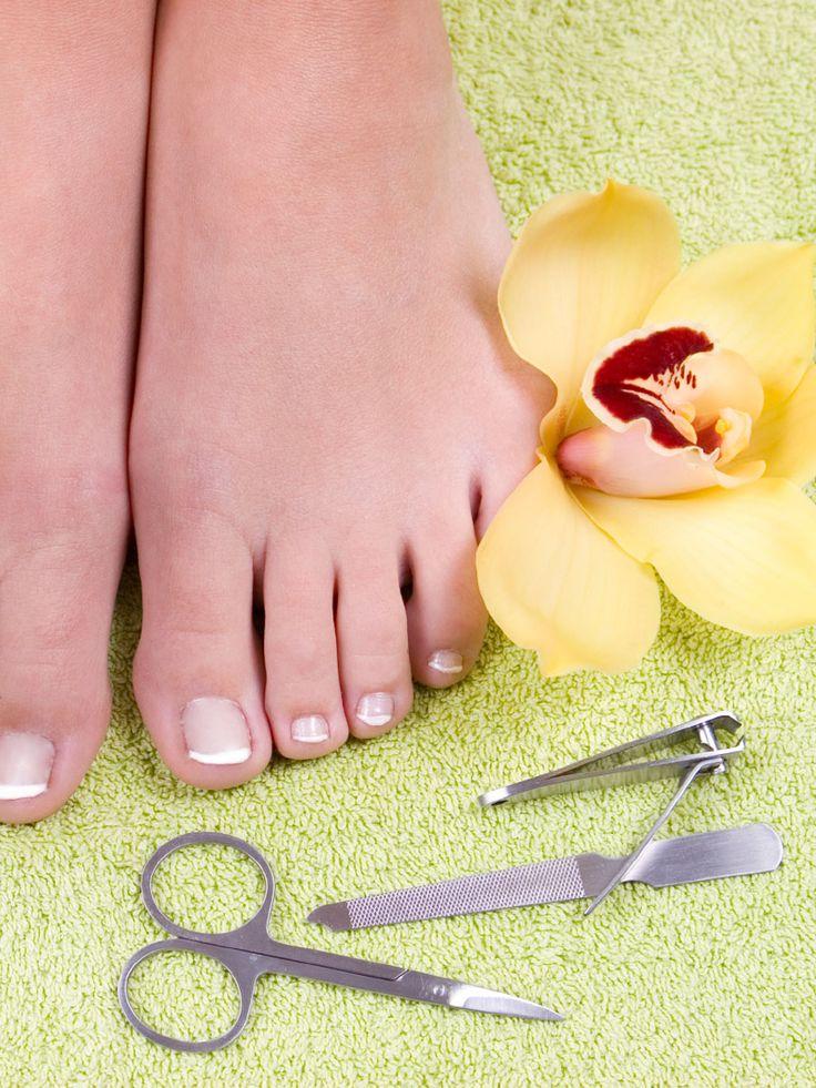 Während wir die Nägel an den Händen stets pflegen, werden unsere Fußnägel schnell vergessen. Dabei ist das richtige Schneiden der