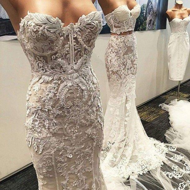 Abbigliamento: bianco, abito bianco, abito da sposa, da sposa, accessori da sposa, abito nudo, merletto di cerimonia nuziale, abito di pizzo, maxi gonna, top, top aderente, vestito sexy, pizzo, pizzo bianco, lungo, scintilla, gioielli, vestito lungo, prom abito, fuori di pizzo bianco, insieme a due pezzi vestito, bello, sexy, promenade, il vestito da sposa in pizzo, abiti da sposa, abito senza spalline - Wheretoget