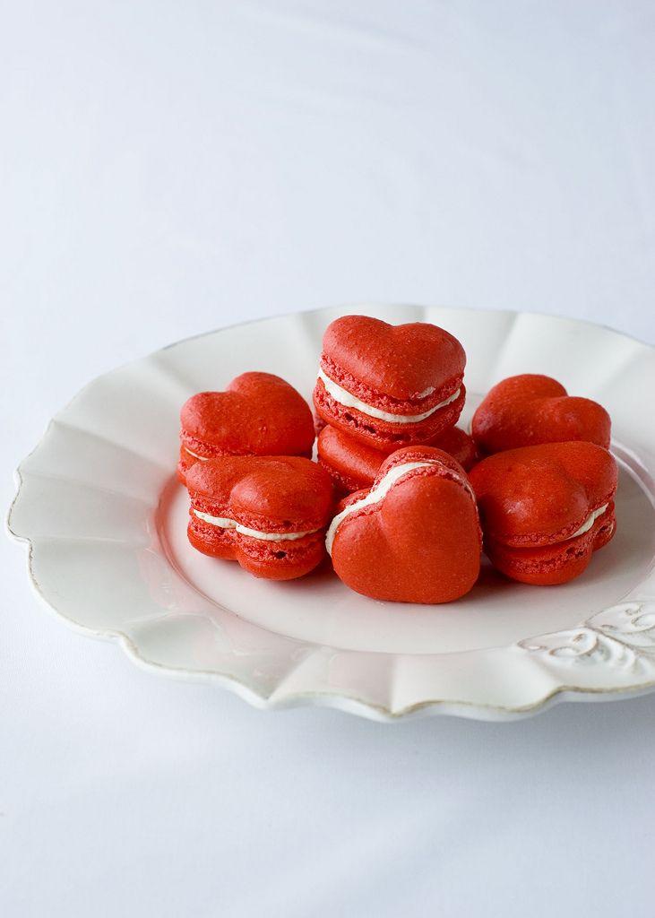 pour le dessert tartes aux fraises et pièce montée de macarons rouges et blancs