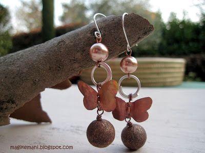 """Orecchini """"fafalla"""", rame, rame argentato, perle di rame, perle di vetro, farfalline fatte a mano con lamina di rame"""