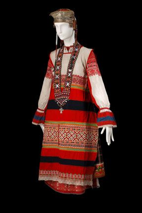 Russian traditional costume of a young woman from Orel Province. Festive clothes, late 19th - early 20th century. This authentic specimen from the Russian Museum of Ethnography was photographed in 2009. #Russian #folk