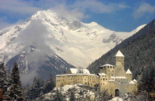 Italia, Alto Adige. Valle Aurina: aspettando l'ora del fantasma. http://www.familygo.eu/viaggiare_con_i_bambini/alto-adige/valle-aurina/alto_adige_valli_di_tures_e_aurina_per_bambini.html