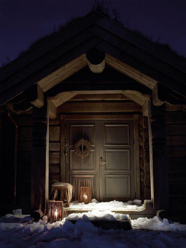 Сельский дом / Этот уютный деревянный дом находится в Норвегии. Большой грубый камин, деревянные бревна и балки на потолке, современная мебель прекрасно сочетаются друг с другом и создают дружескую атмосферу.