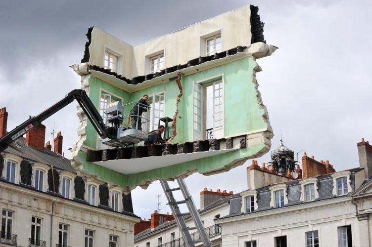 Leandro Erlich's work being prepared for an art event in Nantes. - SPIEGEL ONLINE