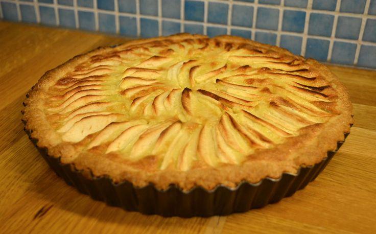 En höstig paj med äpplen, mandelmassa och syrlighet från citron. Denna paj hette ursprungligen Nils-Emils äppelkaka och är riktigt god serverad med t.ex. vaniljsås eller lättvispad grädde.