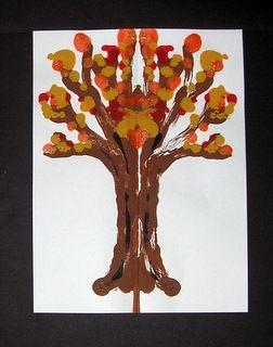 Laat op een helft van een papier wat bruine verf vallen, in de vorm van een boom met takken. Vouw het papier dubbel, even goed wrijven, en weer open vouwen. Nu staat er een boom op het papier! Versier met blaadjes, door te stempelen met kurk, of door propjes papier te plakken.