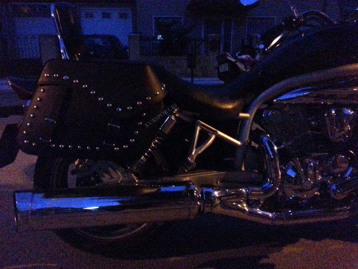 Alforja doble para moto custom waterproof negro motorista bikers choppers REF. RI-017-SB Medidas y descripcion:  - Largo max: 40cm  - Ancho: 17cm  - Altura: 28cm  - 32 litros aprox. de capacidad por cada alforja.  - Alforjas de moto custom con remaches y hebillas cromadas.  - Fabricadas en cuero sintetico con 3mm de espesor. #accesoriosmoto #alforjas #motos #motorista #custom #biker #chopper #kursport #accesoriosmotos #moto #motorcycle #moteros #motorbike