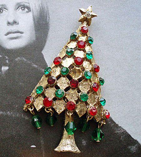 商品説明 状態 お支払い・発送 ご挨拶 ヴィンテージ クリスマスツリーモチーフ ブローチ Costume Jewelryヴィンテージのクリスマスツリーモチーフのブローチです。ツリーの下に飾られたグリーンのビーズが揺れるキュートなデザインです。クリスマスプレゼントにいかがでしょうか。 サイズ:約6.5cm×約3.5cmこちらの商品は東京・港区麻布十番の「GALLERY AURA」にて実際に商品をお手にとり、ご試着いただくことが可能です。商品保管場所の都合上 店頭にない場合もございますので、ご希望の方は、お電