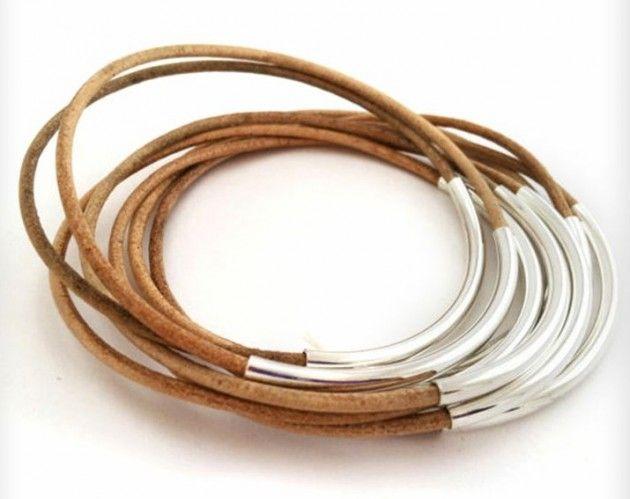 Her er det brukt skinnreimer (som fåes utallige plasser, stoffbutikker, hobbybutikker, spesialbutikker og perler og smyketing), og sølvrør. Knytt lærreimene, og sett gjerne en  dråpe lim i knuten, og skyv den under sølvrøret slik at knuten ikke viser. Armbånd, DIY, skinn, sølv, bracelet