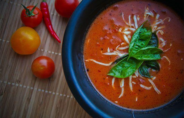 Nem og hurtig opskrift på hjemmelavet tomatsuppe der smager vidunderligt, og kan tilpasses efter smag og behag. Se opskriften her ✔