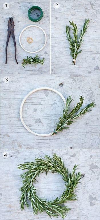 アロマ効果にもなるハーブリースです。 ローズマリーの枝三本ほどをゴムで束ねます。束ねたローズマリーをワイヤーで巻きつけていきます。全て覆うのにローズマリーの束が10束ほどいるでしょう。