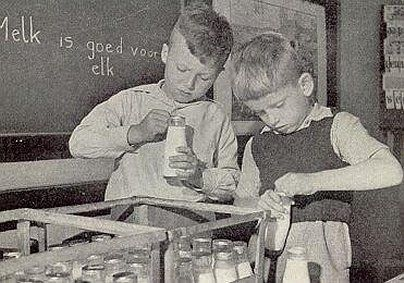 schoolmelk, werd eerst op de verwarming gezet omdat men dacht dat koude melk slecht voor je maag was, oh, oh, wat heb ik gekokhalsd!