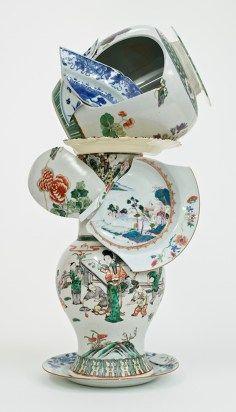"""Bouke de Vries, """"La fragmentación del florero 1"""" 2015, 18 y porcelana china del siglo 19 y el vidrio, 25.5 x 12.25 x 9 """"."""