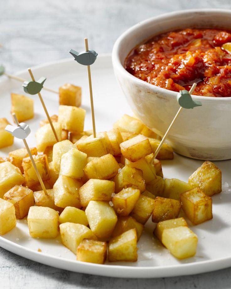Een echte Spaanse tapas-klassieker, deze patatas bravas: gefrituurde aardappelblokjes in een pittige tomatensaus.