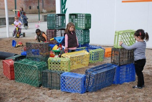 Construccions amb caixes de fruita per jugar al pati.