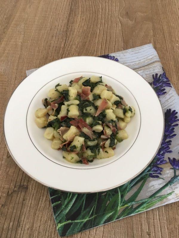 Gnocchi con spinaci freschi speck e taleggio