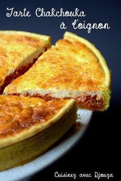 Pour la pâte brisée  – 250 gr de farine – 125 gr de beurre – 1 jaune d'œuf – pâte brisée  – 2 gros oignons – 1 poivron – Huile d'olive – Sel, poivre  Pour la purée de tomate  – 400 gr de tomates pelées