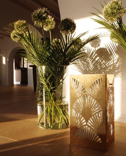 Χρυσό διακοσμητικό μεταλλικό κηροπήγιο - φανάρι σε εσωτερικό κατοικίας στη Μύκονο. Δείτε περισσότερα έργα μας στο http://www.artease.gr/interior-design/emporikoi-xoroi/