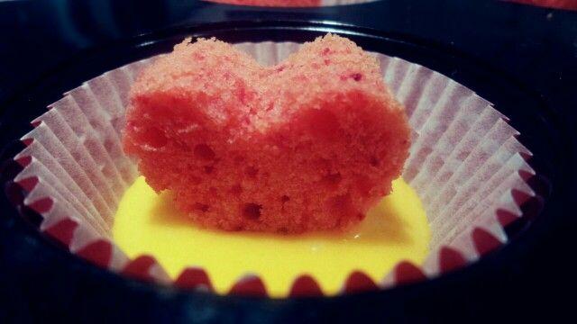 Cupcakes alla vaniglia con un romantico cuore rosso dentro  Valentine's day