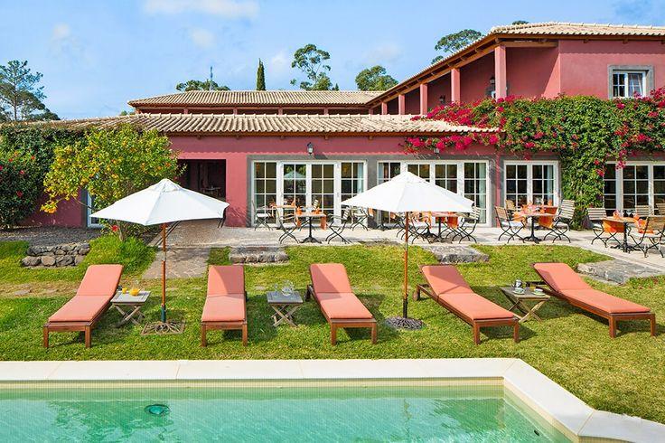 Description: Elegant familiehotel verscholen in een prachtig aangelegde tuin met zwembad en subliem zicht op zee  10.000 m2 puur kijkplezier Wie zeer kan genieten van een mooie tuin die zou alleen al voor de immense tuinvast graag in Hotel Atrio willen verblijven. Ontworpen door een befaamde Engelse landschapsarchitect wacht je hier namelijk 10.000 m2 puur kijkplezier. Madeira wordt het eiland van de eeuwige lente genoemd vanwege de vele bloemen het hele jaar door. Deze ideale omstandigheid…