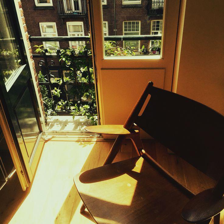 Deense stoel voor het Franse balkon in de Vrolikstraat
