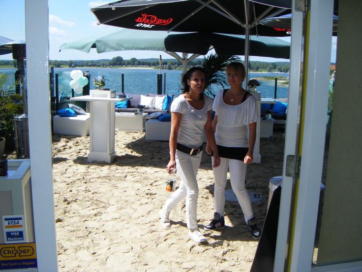 Bruiloft met thema Ibiza-stijl. Ons terras omgetoverd tot strand met geweldig uitkijk over het Rhederlaag.