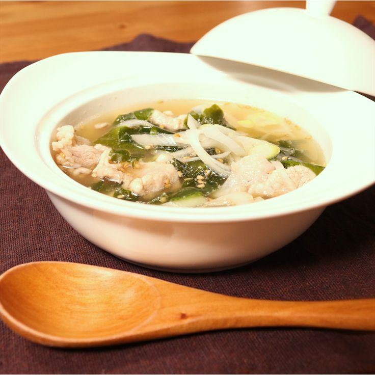 「焼肉のタレで簡単!わかめと豚肉のスープ」の作り方を簡単で分かりやすい料理動画で紹介しています。レンジで5分!あっと言う間に作れるわかめと豚肉のスープです。シャキシャキ感のあるネギと、ごまを加えて風味良く仕上げました。味付けは焼肉のタレと鶏がらスープの素のみ!自宅にあるもので手軽に作れますよ。是非お試しください。