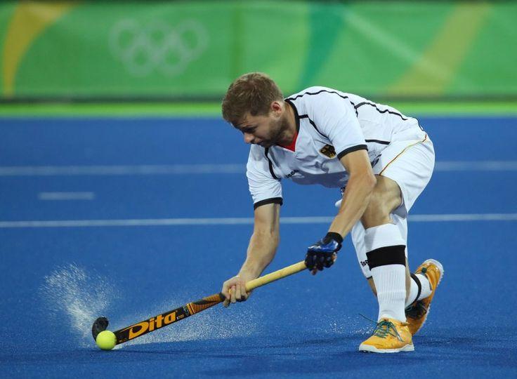 Dieser Einsatz von Martin Haner hat sich gelohnt: Die deutschen Hockey-Männer besiegen kanada in der Vorrunde 6:2