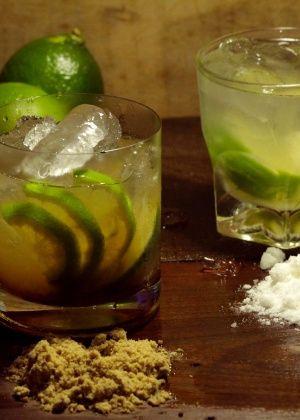 Caipirinha tradicional de limão com açúcar mascavo