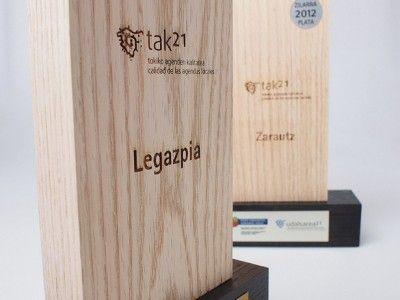 Trofeos grabados en láser en madera para Tak21
