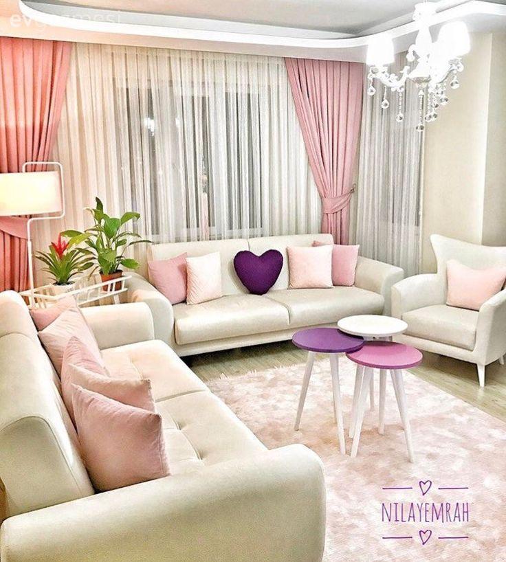 Nilay hanım, pembeler maviler ve tatlı aksesuarlar ile cıvıl cıvıl bir görünüm yakaladığı evinde küçük küçük değişimler yapmayı, açık renklerde, sade mobilya tercihlerini yeni yeni aksesuarlarla renkl...