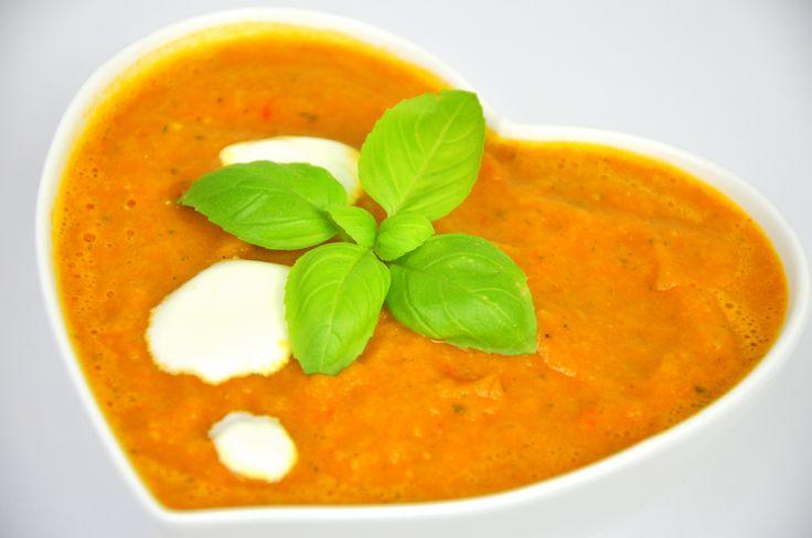 Zdrowa, wegetariańska zupa krem ze świeżych pomidorów z bazylią