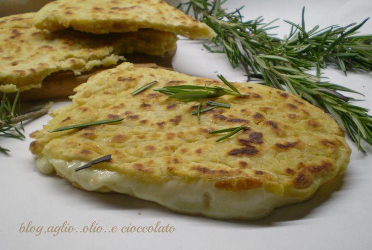 Focaccia veloce senza lievito al formaggioaglio.. olio..e cioccolato