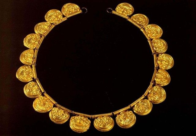 Третья четверть 7 века до н. э. Листовое золото; волочение, пайка. Диаметр подвесок средний 21 см  Национальный археологический музей. Флоренция.