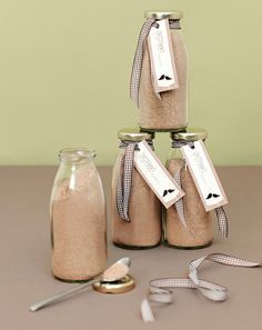 """Die Cappuccino Mischung ist nicht nur ein tolles Gastgeschenk, sondern mit Wasser oder Milch aufgefüllt, auch eine wirklich leckere Art """"Danke"""" zu sagen. Die Herstellung ist kinderleicht. Einfach alle Zutaten miteinander vermischen und in kleine Gläser oder Flaschen füllen. Mit einer Banderole oder einem Ettiket verschönert lässt sich Ihr Gastgeschenk ganz wunderbar passend zum Hochzeitsthema individualisieren."""
