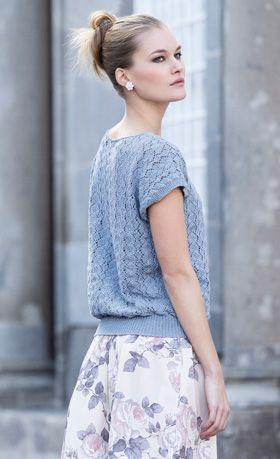 Den feminine bluse med hulmønster over det hele er også klædelig i store størrelser