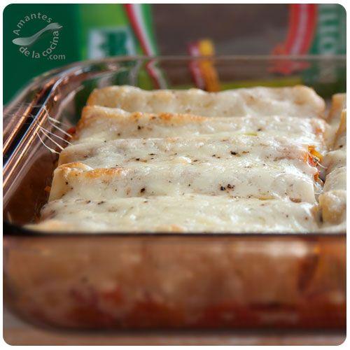 Canelones en español o Cannelloni en italiano son un tipo de pasta italiana en forma de cilindro.