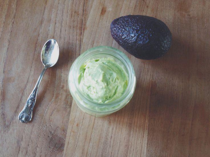 Romige avocado-geitenkaas mousse - Deze romige mousse vol gezonde vetten is ontstaan tijdens een keuken-experiment; ik was meteen weg van de romige, crème-achtige textuur! Heerlijk op een zadencracker, speltboterham, rijstwafel of als dip bij rauwkost.