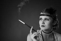 Die Zigarettenspitze und Federboas waren ebenfalls unverzichtbare Accessoires in der Modewelt