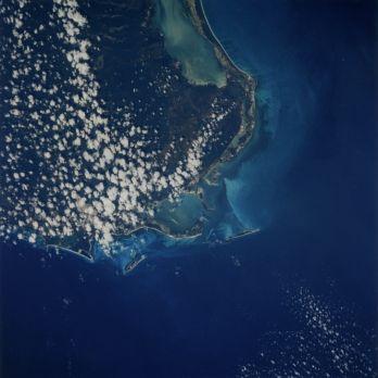 NASA 1996 Vue de la terre depuis la navette spatiale (péninsule du Yucatan au Mexique), 1996. Tirage chromogénique d'époque. Numéro dans la marge supérieure. Logo Nasa et légende tapuscrite au dos. 27,2 x 20,2 cm avec marges.