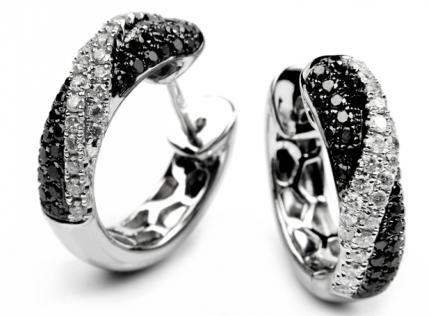 Czarne diamenty zatopione w oprawie z białego złota, wyeksponowane wśród równie dostojnych białych brylantów.