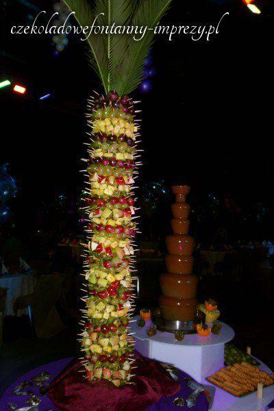 Najwyższa palma wraz z najwyższą fontanną - aby wszystko przygotować potrzebna nam była mała drabina :) http://czekoladowefontanny-imprezy.pl/palmy-owocowe.html